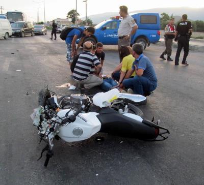 Balıkesir'in Edremit ilçesinde kaza yapan motosikletler