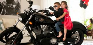 motosikletli çocuk