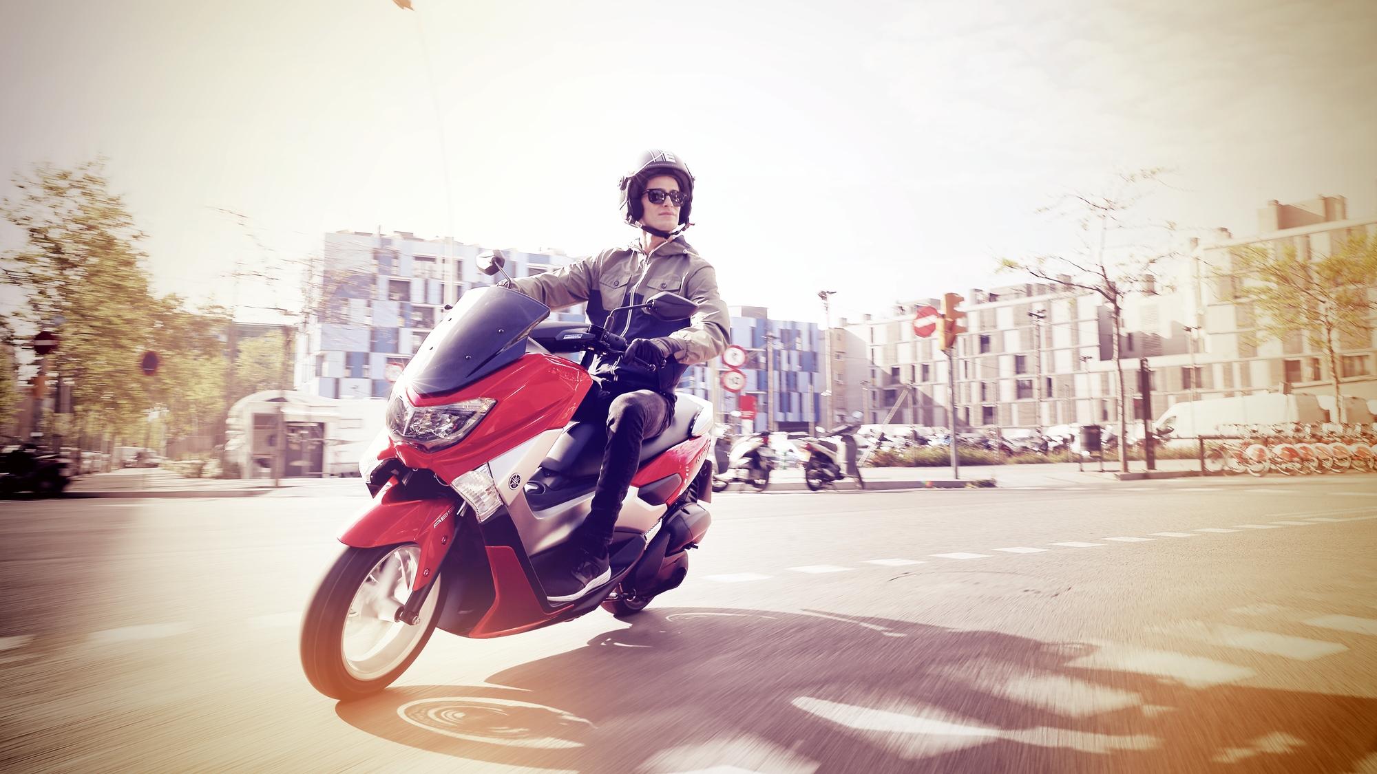 2015 Yamaha G125YM EU Power Red Action 002 - Yamaha NMAX