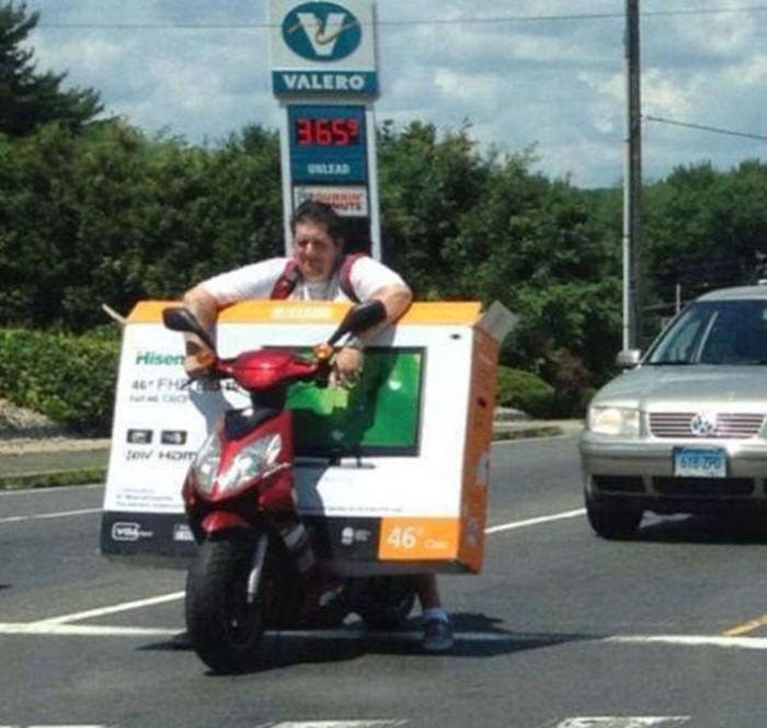 motosiklette led tv taşımak
