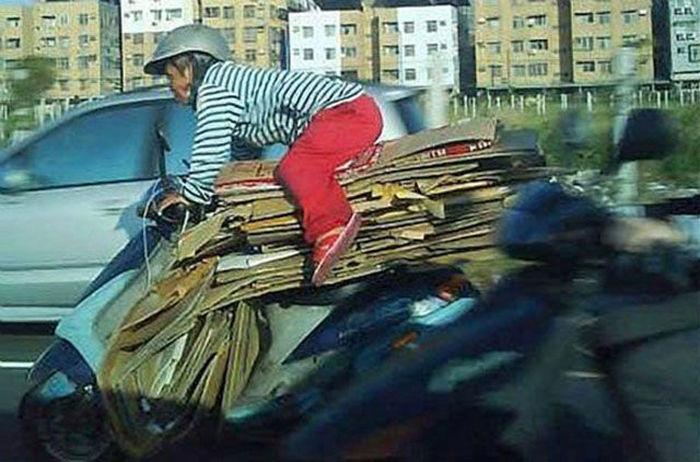 motosiklette karton taşımak