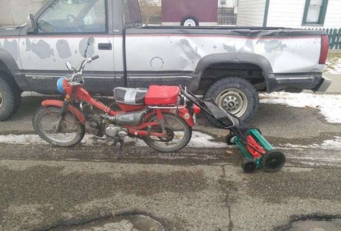 motosiklette çim biçme makinası taşımak