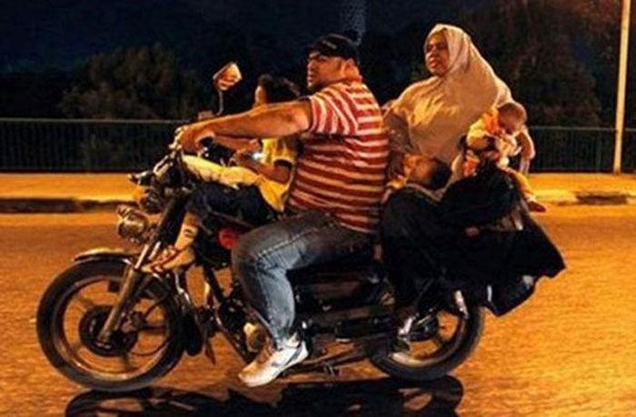 motosiklette şişman aile