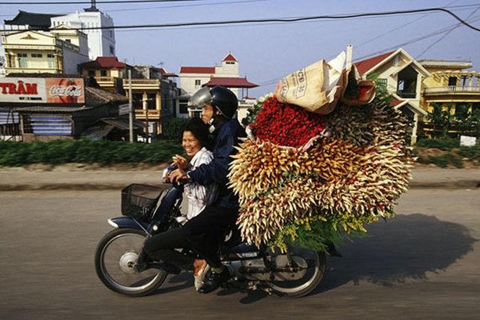 motosiklette çiçek taşımak