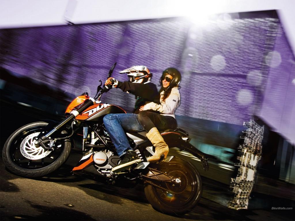 motorcu adam ve kız yolda