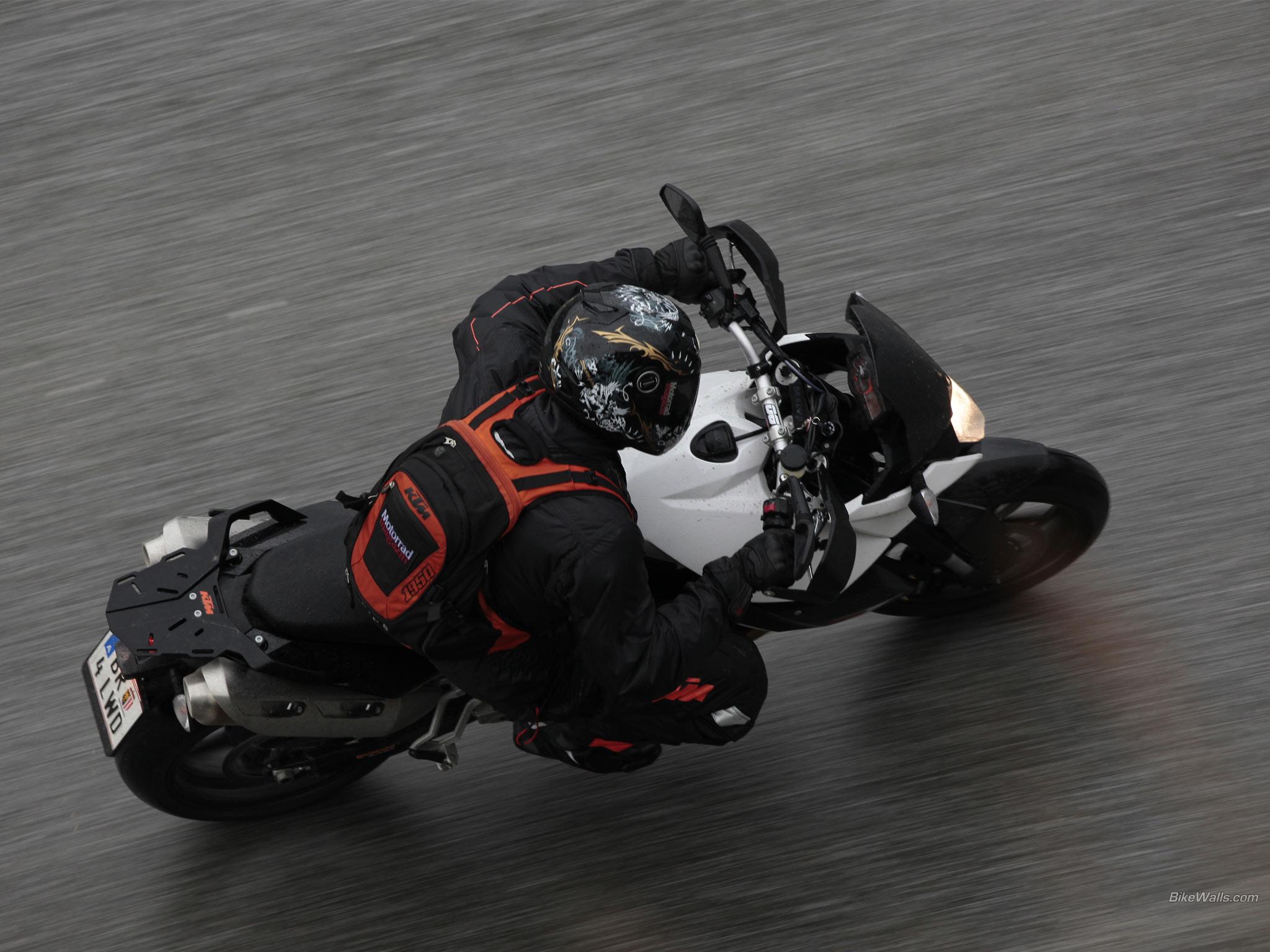 ktm motosiklet yolda