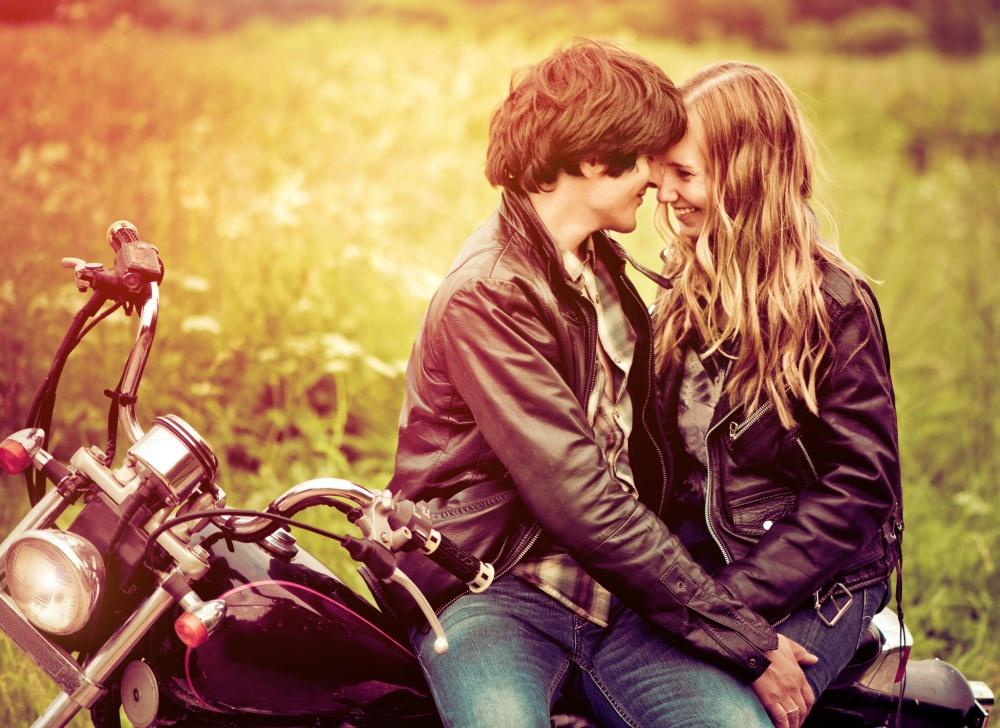 erkek ve kız motosiklette