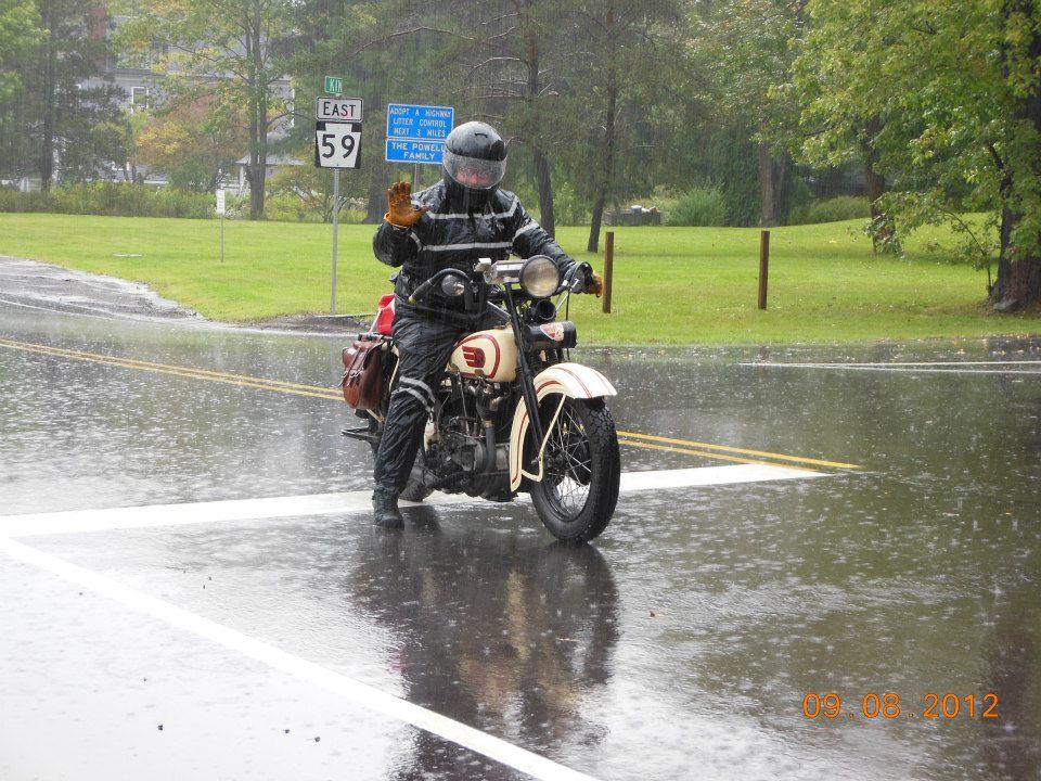 yağmurlu günde motosiklet