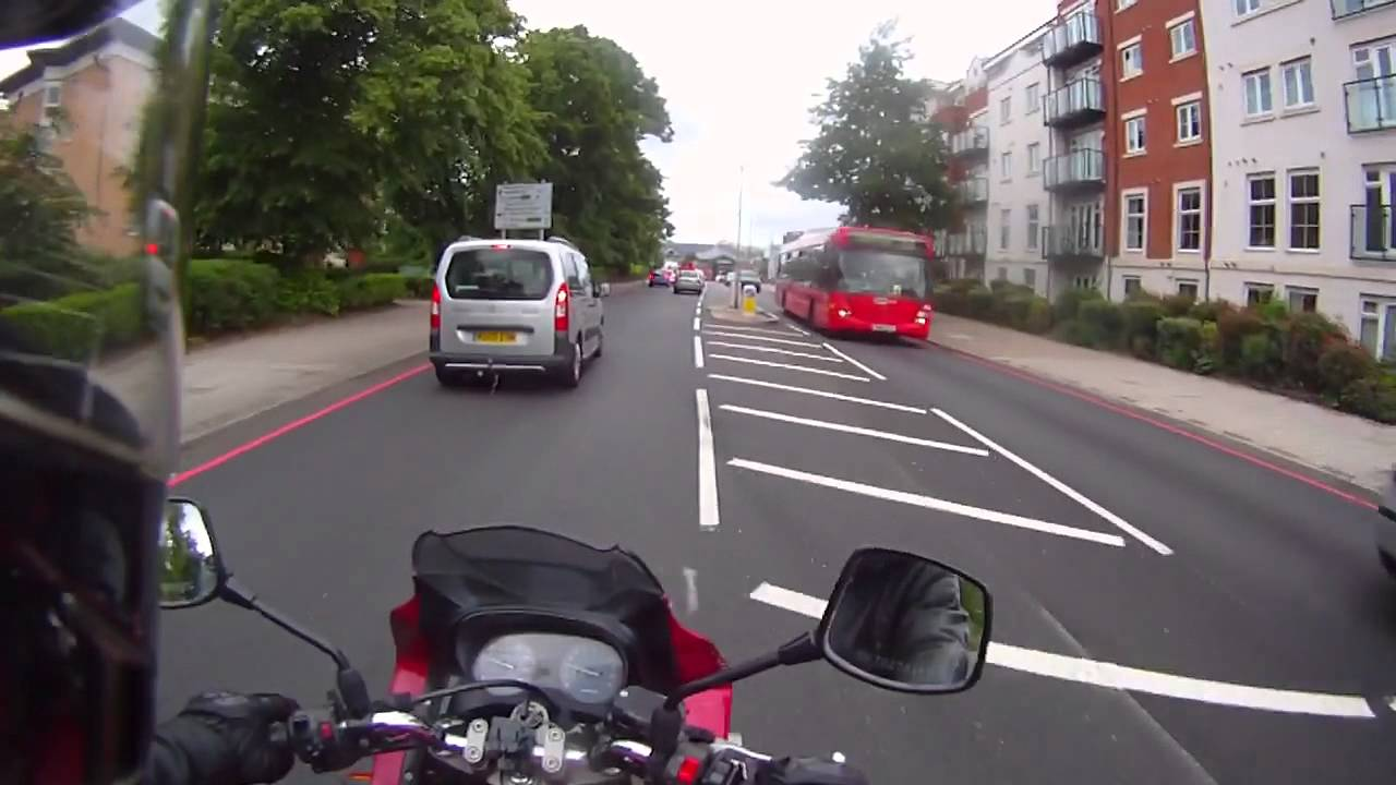 şehir içi motosikletle trafikte