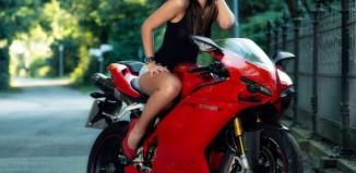 gülen motorcu kız