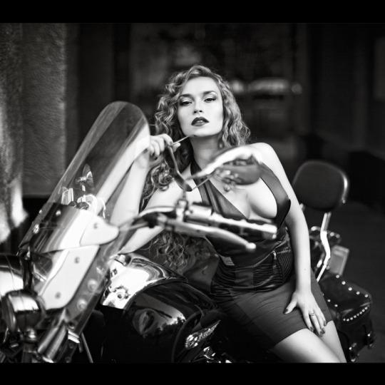 motosikletli kızlar siyah beyaz foto