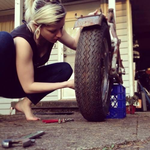 motosiklet tamircisi kız
