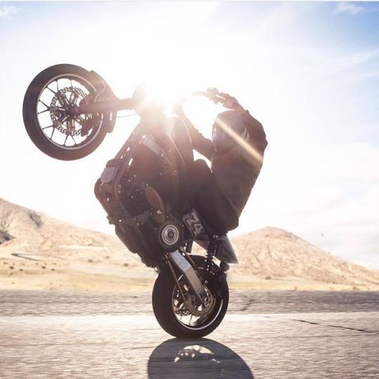 tek teker motosikletli adam