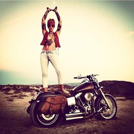 motosikletli kız motorun üstünde