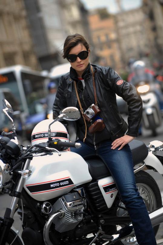motosikletli kız deri ceketli