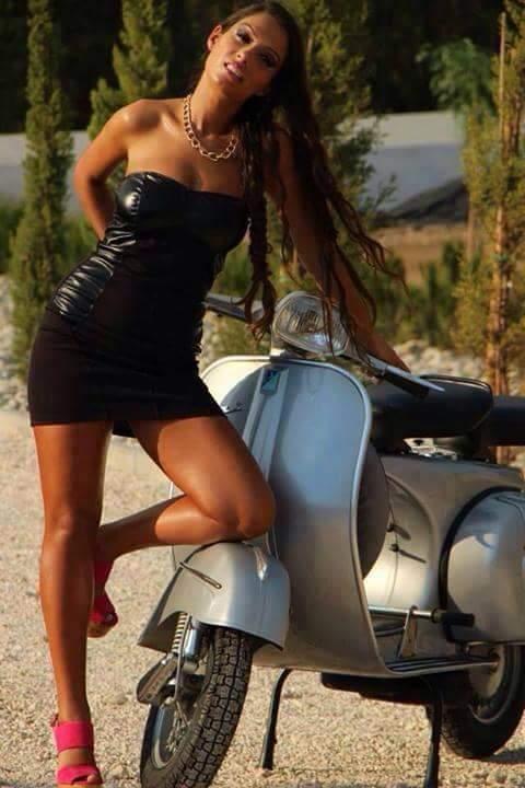 motosikletli güzel elbiseli kız
