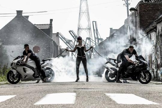 motosikletlileri zincirle tutan kız