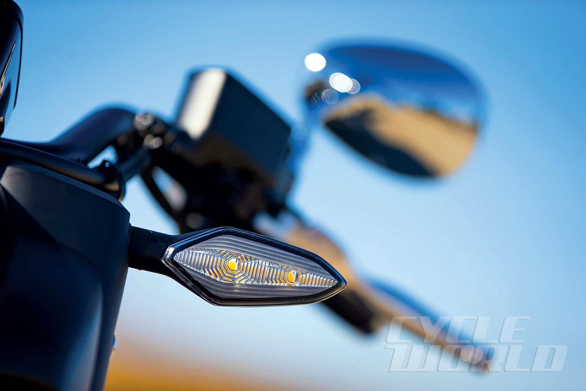 2014-Honda-Valkyrie_turn-signal