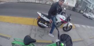 motorcu bisikletliyi soymaya çalışıyor