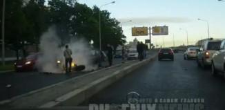 motosiklet yanmaya başlıyor