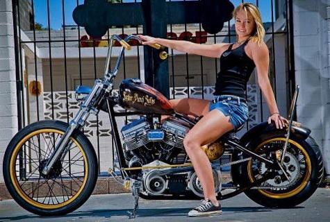 motorcu kız şortlu
