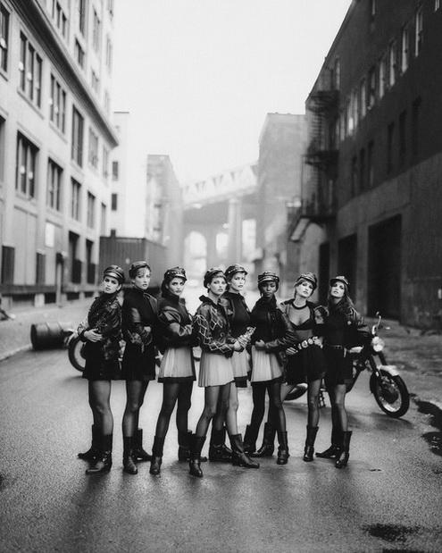motorcu kızlar sokakta