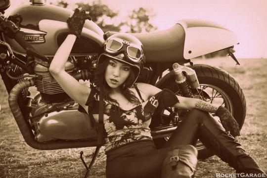 Chopperlı kız motora dayanmış