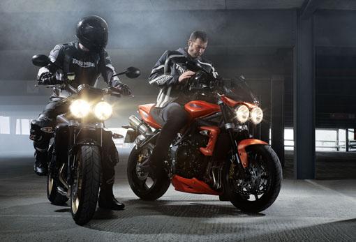 motorcu adamlar yanyana