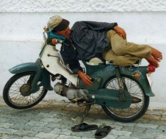 Sleeping-on-a-Motorcycle-19