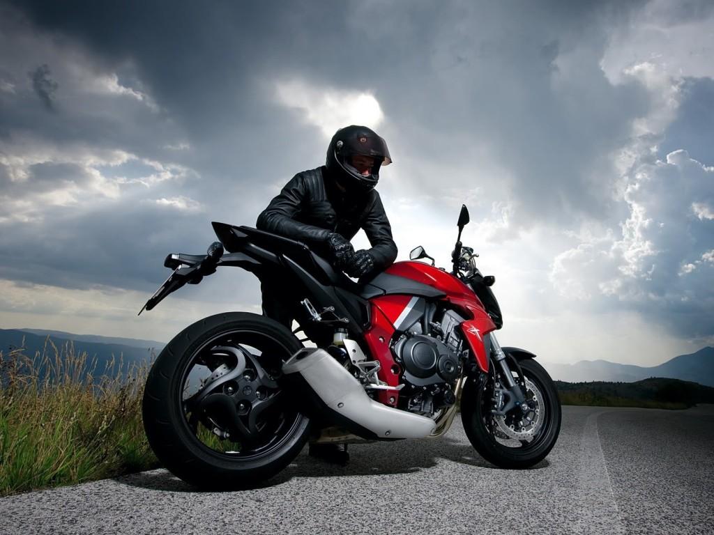 motorcycle_racer_road_sky_clouds_74424_1024x768