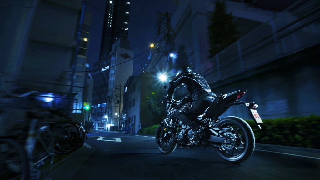 2016-Yamaha-MT250-EU-Midnight-Black-Action-004