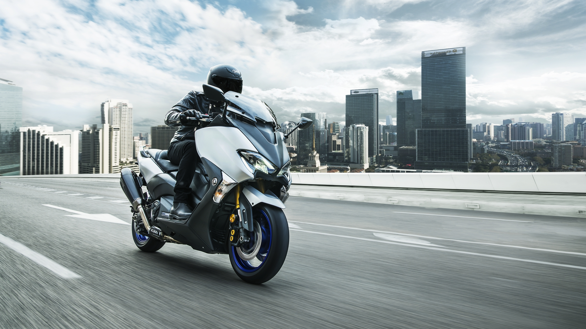2018 Yamaha TMAX SX Sport Edition EU Matt Silver Action 002 - 2018 Yamaha TMax SX Sports Edition