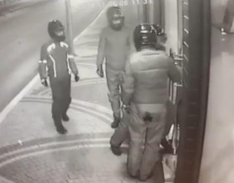 Sabaha Karşı Mağazaya Girdiler, 2 Motosiklet ile Kaskları çalıp kaçtılar