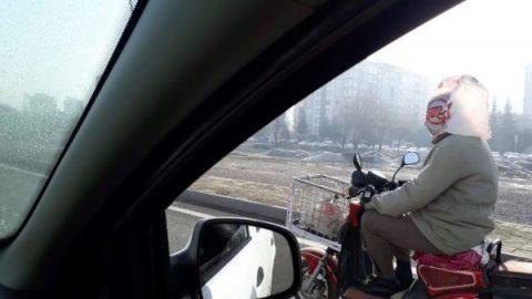 Motosiklet sürücüsünün poşetten kaskı
