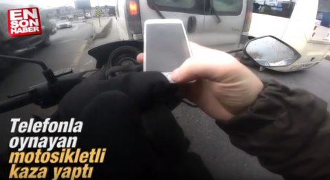 Telefonla oynayan motosikletli kaza yaptı