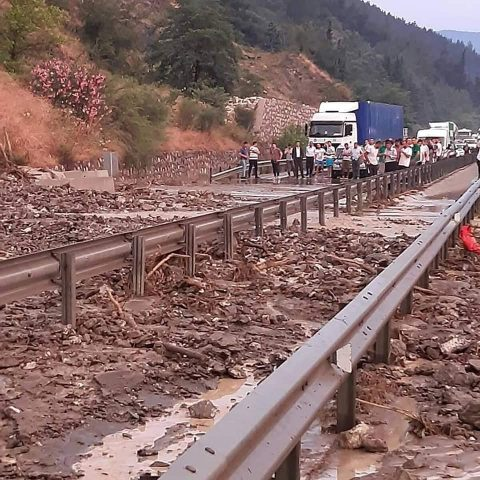 İzmir - Manisa yolu kapandı