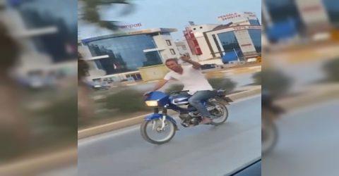 Bira kutusuyla motosiklet kullanan sürücüye ağır para cezası
