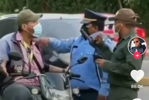 Polis boyuna bakmadan motosikletiyle ileri geri laf atınca