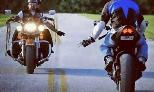 iki motosikletli selam verir